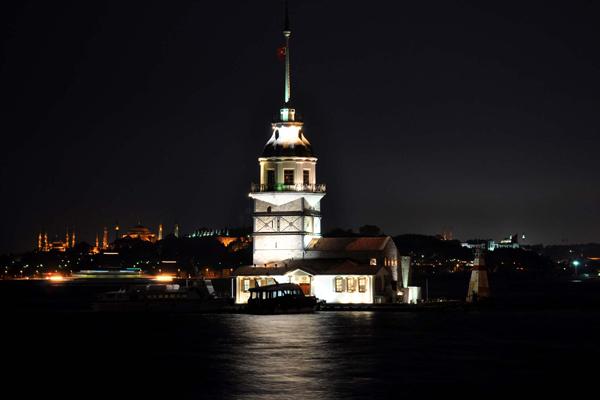 برج الفتاة ليلا